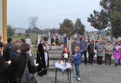 Trotz einer geringen Anzahl von anwesenden Gläubigen wird an Allerheiligen nach der Messe in der Kirche regelmäßig eine Andacht auf dem Friedhof zelebriert
