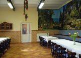 Der frühere Pferdestall zum Festsaal des Forums umgestaltet. Auf der rechten Seite sind noch die blau gestrichenen Pferdekrippen zu sehen