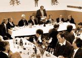 Ministerpräsident Erwin Teufel links von Adi Csonti (stehend) und andere hochrangige Politiker im Festsaal des Billeder Forums 1997
