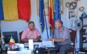 Bürgermeister Leontin Duta und Adi Csonti im Gemeindehaus