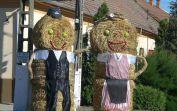 Die beiden Strohpuppen symbolisieren die Billeder Deutschen, die Gründer der Gemeinde