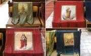 Einige Fahnen der früheren katholischen Gemeinde