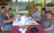 Die Familie Frank (links und rechts im Bild), daneben Hedi Machata, gegenüber ihre  Tochter und in der Mitte Adam Csonti bei Kaffee und Kuchen in der Sommerlaube. Foto: Roswitha Csonti