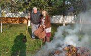 Hans Rieder und seine Mutter, Katharina Rieder, beim Blätter entsorgen vor ihrem Haus in der Altgasse