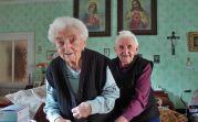 Katharina Gilde (95) und ihre Schwester Maria Gilde (93) in Billed sind in ihrer Mobilität zwar eingeschränkt, geistig haben sie jedoch noch alle 7 Zwetschgen beisammen