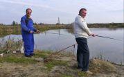 Viorel David und Josef Freer beim Fischfang am ehemaligen Baggersee der Ziegelei - ein Zeitvertreib ohne Fische