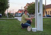 Roswitha Csonti bei Schönheitsarbeiten vor dem Heimathaus