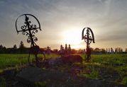 Geschmiedete Grabkreuze auf dem Sauerländer Friedhof