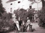 Sommer 1914 -  die Familie Petö vor  ihrem Kastell