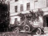 1924 - die Familien Schneider und Petö vor ihrem Kastell