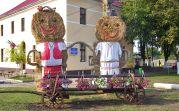 Seit Jahrzehnten werden anlässlich des Dorffeiertages überdimensionale Strohpuppen im Zentrum aufgestellt. Ein Paar symbolisiert die rumänische Dorftracht von früher
