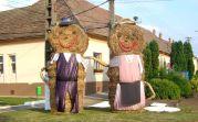 Ihm gegenüber symbolisch das banat-schwäbische Trachtenpaar in Erinnerung an die deutschen Gründer des Dorfes
