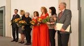 Herr Doll bedankte sich bei allen Mitwirkenden mit Blumen, Wein und Dankesworten