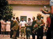 """""""Was mir noch in Erinnerung geblieben ist, ist, dass einige Gastgeber aus Billed mit nach Timisoara gekommen sind, um uns dort beim Turnier zu unterstützen. Eine dieser Personen ist die junge Frau auf dem Foto links oben im roten Hosenanzug."""