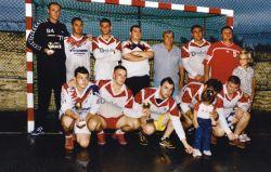 Gruppenbild der 1. Billeder Handballmannschaft mit den 3 Pokalen.