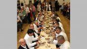 Die 21 Mann der Blaskapelle mit Alt-Kapellmeister Veddr Jakob, links, bei der Vorspeise