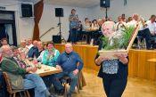 Glückliche Gewinnerin des Hauptpreises der Wurst-Tombola: im Paket befindet sich ein kompletter Schweineschinken