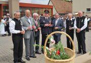 Mit den Ehrengästen in der Neureuter Feuerwehrremise