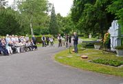 Peter Krier während seiner Ansprache vor dem Denkmal der Billeder auf dem Karlsruher Hauptfriedhof an Pfingstsonntag