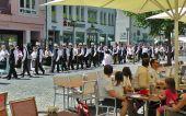 Trachtenzug durch die Fußgängerzone zum Rathaus