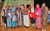 Gruppenbild der Trachtengruppe Karlsruhe in Kostümen der Zeitreise-Aufführung