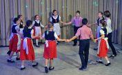 Die Erdbeertanzgruppe bei ihrer Tanzvorführung