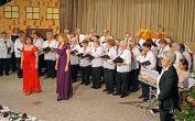 Der Chor der Banater Schwaben Karlsruhe, dirigiert von Hannelore Slavik, mit den Solistinnen Irmgard Holzinger-Fröhr und Melitta Giel. Am Klavier Dorothea Slavik.