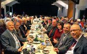 Die Tischreihe der Ehrengäste