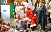Viel zu tun hat der Weihnachtsmann mit dem Geschenkeverteilen