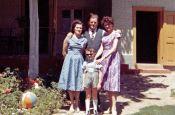 Gruppenbild 1965: Familie Freer und Katharina Muhl, rechts.