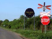 Ortseinfahrt aus Richtung Kleinjetscha mit dem berühmten runden Billed EU-Sterne Schild über das ein Youtube-Video spottet