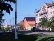 Im Zentrum von Billed: die barocke Kirche, der im Kommunismus errichtete Universalladen bunt gestrichen und das Giebelhochhaus aus dem goldenen Zeitalter