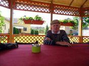Peter Trendler in der Sommerlaube im Heimathaus ist etwas früher gekommen um sein Mittagessen abzuholen.