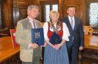 Johann Mathis mit Schwester Anneliese Walchetseder (geb. Mathis), beide erhielten das Goldene Ehrenzeichen der Stadt Ried, mit Bürgermeister Albert Ortig