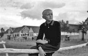 15.05.1944 Liebling: Junge auf Geländer