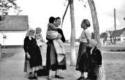 15. 05.1944 Liebling: Junge Frauen auf der Dorfstraße