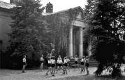 17.05.1944 Lovrin: Schüler der Banatia Temeschburg, Mädchen spielen Ball im Park