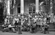 17.05.1944 Lovrin: Schüler der Banatia Temeschburg, Singender Chor auf der Treppe vor dem Saal, nahe